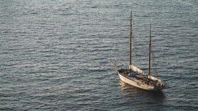 Navegaci?n de lujo de la nave del revestimiento marino de la traves?a del puerto en la salida del sol, puesta del sol, bah?a de I metrajes