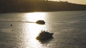 Navegaci?n de lujo de la nave del revestimiento marino de la traves?a del puerto en la salida del sol, puesta del sol, bah?a de I almacen de video