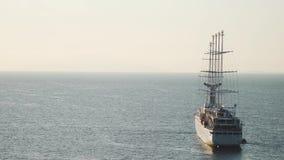 Navegaci?n de lujo de la nave del revestimiento marino de la traves?a del puerto en la salida del sol, puesta del sol, bah?a de I almacen de metraje de vídeo