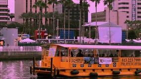Navegaci?n del taxi del agua en el r?o de Hillsborough en fondo del cielo de la puesta del sol en centro de la ciudad almacen de metraje de vídeo