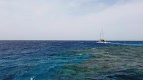 Navegaci?n del yate en el mar abierto Barco de navegaci?n V?deo que navega V?deo de la navegaci?n El navegar en el d?a ventoso Ya metrajes