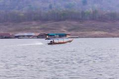 Navegación de Pan Camera Ship en la presa de Mae Ngad en Maetaeng Chiangmai Tailandia Imágenes de archivo libres de regalías