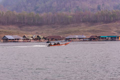 Navegación de Pan Camera Ship en la presa de Mae Ngad en Maetaeng Chiangmai Tailandia Fotografía de archivo