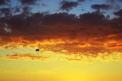 Navegación de Para en la puesta del sol Imagen de archivo libre de regalías