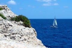 Navegación del yate en el mar Imágenes de archivo libres de regalías