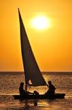 Navegación del yate en la puesta del sol Foto de archivo libre de regalías