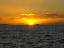 Navegación del yate en la puesta del sol Imágenes de archivo libres de regalías