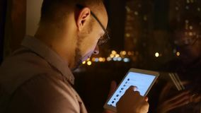 Navegador de las volutas de los hombres en la tableta almacen de metraje de vídeo