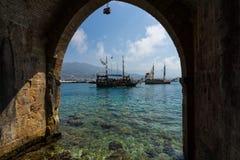 Navegando aka navios de pirata em torno da fortaleza de Alanya Fotos de Stock
