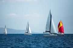 Navegando barcos luxuosos participe na regata da vela esporte fotografia de stock