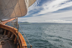 Navegando en el barco viejo hacia aventuras, tiempo de verano Foto de archivo libre de regalías