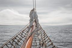 Navegando en el barco viejo hacia aventuras, tiempo de verano Imagen de archivo libre de regalías
