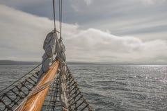 Navegando en el barco viejo hacia aventuras, tiempo de verano Fotografía de archivo libre de regalías