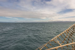 Navegando en el barco viejo hacia aventuras, tiempo de verano Fotos de archivo libres de regalías