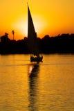 Navegando en el Nilo, Egipto en la puesta del sol Imagen de archivo