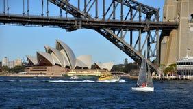 Navegando en el puerto de Sydney, Australia Foto de archivo libre de regalías