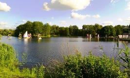 Navegando no lago de Gaasperpark em Amsterdão, Holanda, os Países Baixos foto de stock