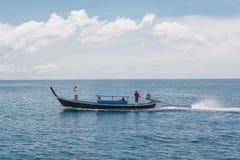 Navegando o barco por muito tempo atado no mar na ilha de Lipe em Tailândia Imagens de Stock Royalty Free