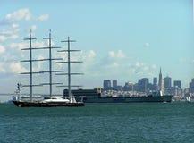 Navegando o falcão maltês do iate fora da costa de San Francisco, EUA fotografia de stock