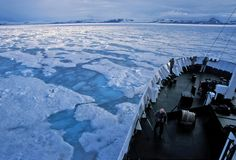 Navegando o gelo de bloco Fotografia de Stock Royalty Free