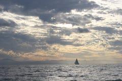 Navegando o grande recife de barreira fotos de stock