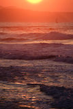 Navegando o por do sol Imagens de Stock