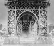 Navegando o Rio Hudson sob a ponte nevoenta de Manhattan em Manhattan New York em preto e branco Imagem de Stock Royalty Free