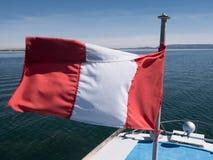 Navegando sob a bandeira peruana no lago Titicaca, Puno fotografia de stock royalty free