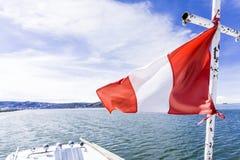 Navegando sob a bandeira peruana no lago Titicaca, região de Puno, Peru fotografia de stock royalty free