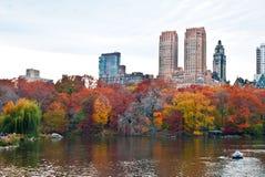Navegantes en el lago en Central Park, Nueva York en otoño Fotografía de archivo libre de regalías