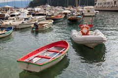 Navegue, barco de pesca, barcos de navegación, barcos de cruceros en Portofino po Imagenes de archivo