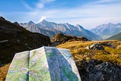 Navegue con el mapa en la montaña Imagen de archivo libre de regalías