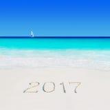 Navegue debajo de la vela en el subtítulo de la playa y de la arena del año 2017 Imagen de archivo