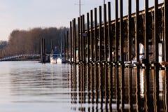 Navegue el puerto deportivo con la reflexión de los polos que pone en contraste en el río Columbia Fotos de archivo libres de regalías