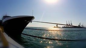 Navegue el tronco y el sol que brilla en el agua almacen de video