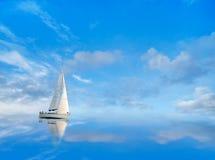 Yate en el cielo azul fotos de archivo