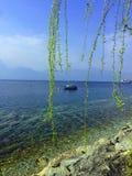 Navegue en el lago azul, primavera, Lago di Garda, Italia imagenes de archivo