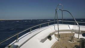 Navegue en el océano con agua del cielo azul y de la turquesa almacen de video