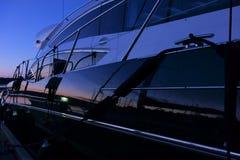 Navegue en el puerto deportivo después de puesta del sol en Finlandia Imagen de archivo