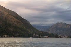 Navegue en las aguas de la bahía de Kotor imagenes de archivo