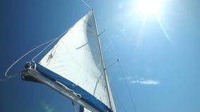 Navegue a flutuação no vento em um veleiro bonito video estoque