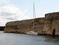 Navegue la navegación cerca de una costa costa de una isla Mar adriático de la cuenca mediterránea Riviera croata Región dálmata  Imagenes de archivo