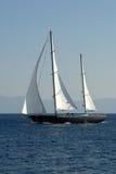 Navegue la navegación en el mar azul Imagenes de archivo