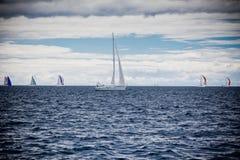 Navegue la regata en el mar adriático en tiempo ventoso Foto de archivo