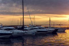 Navegue la situación en la puesta del sol del embarcadero en verano Fotografía de archivo