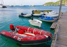 Navegue las ofertas en un embarcadero de madera en el Caribe Fotos de archivo