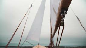 Navegue no veleiro de madeira com cordas e em blocos de madeira vídeos de arquivo