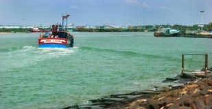 Navegue o barco na praia karaikal com maneira de pedra e a casa clara imagem de stock royalty free