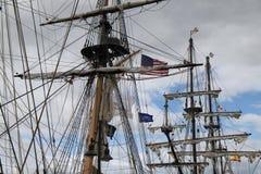 Naves altas, altos palos y banderas imagen de archivo libre de regalías