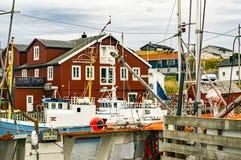 Naves amarradas entre los edificios Fotos de archivo libres de regalías